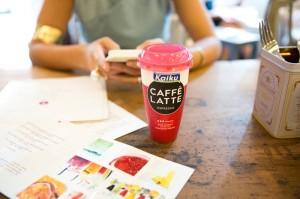 Merienda en pastelería con kaiku Caffè Latte