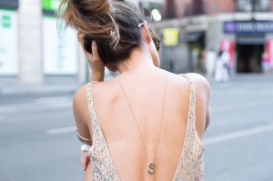 Outfit con colgante en la espalda