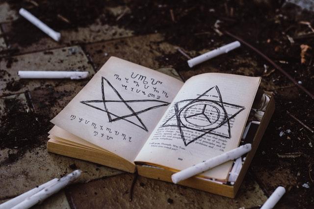 Libros de terror para celebrar Halloween bajo una manta